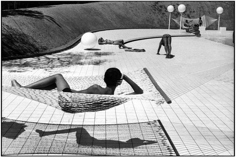 Martine Franck, Swimming pool designed by Alain Capeilleres, La Brusc, France 1976, Gelatin silver print (black & white)